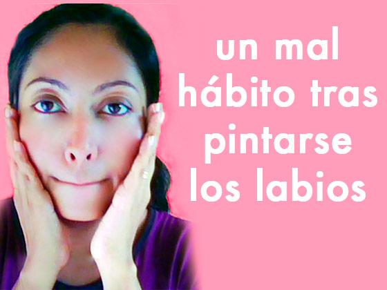 Un mal hábito tras pintarse los labios